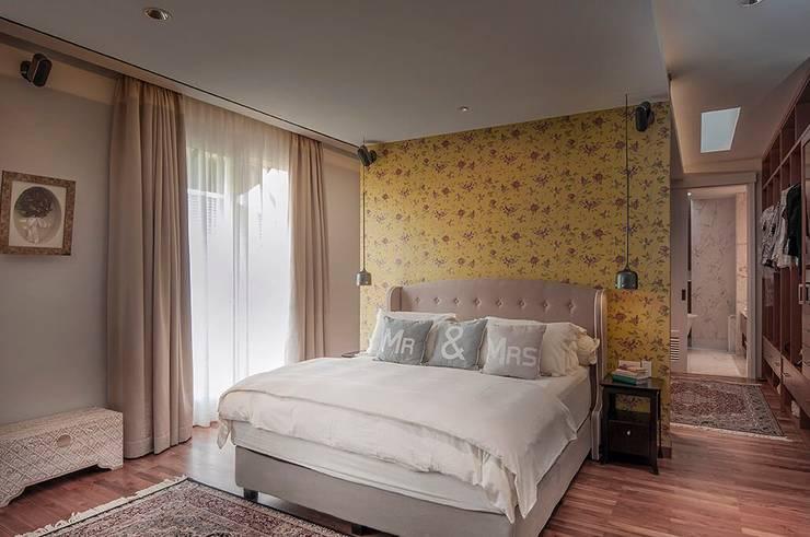 Cajuputi House:  Kamar Tidur by EIGHT IDEA