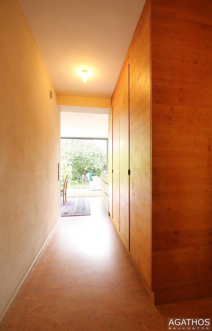 Sanierung und Erweiterung eines Einfamilienhauses in Aachen:  Flur & Diele von Architekturbüro Sutmann,Modern