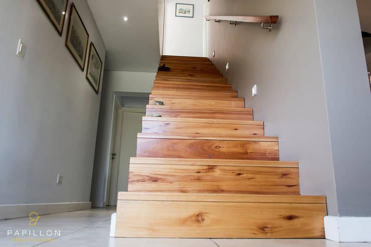 Casa 205: Pasillos y recibidores de estilo  por Papillon Arquitectura,