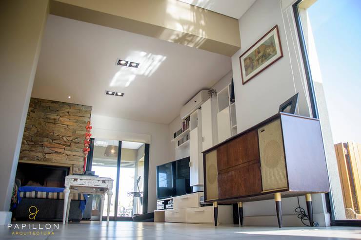 Casa 205: Livings de estilo  por Papillon Arquitectura,