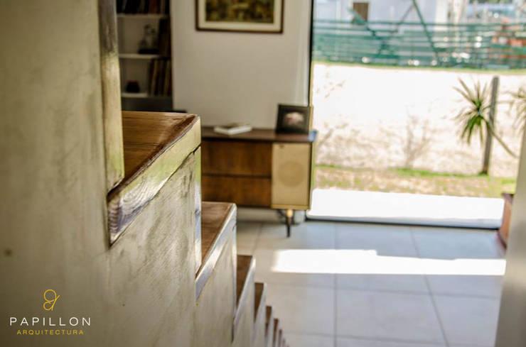 Pasillos y recibidores de estilo  por Papillon Arquitectura