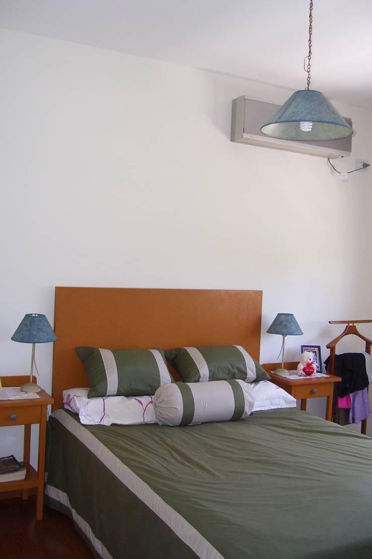 VIVIENDA ROLDAN 1: Dormitorios de estilo  por ECOS DE SOL (Ingeniería y Construcción)
