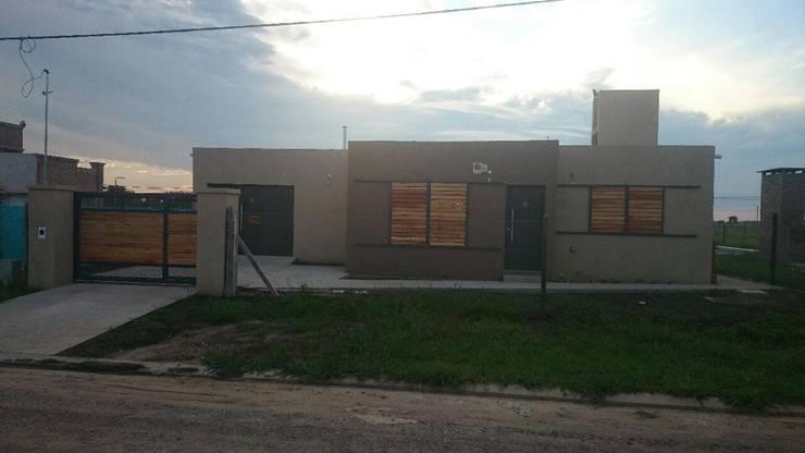 VIVIENDA ROLDAN 2: Casas unifamiliares de estilo  por ECOS DE SOL (Ingeniería y Construcción)