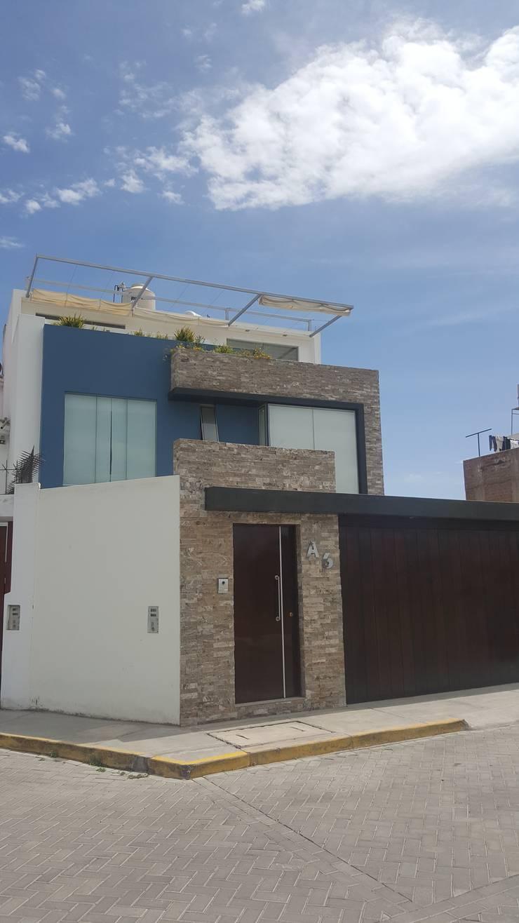 Fachada: Casas unifamiliares de estilo  por B+ Studio,