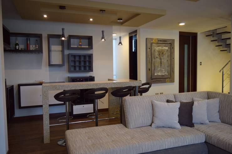 Vivienda Sachaca: Salas / recibidores de estilo  por B+ Studio,