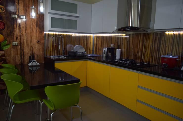 Vivienda Sachaca: Cocinas equipadas de estilo  por B+ Studio,