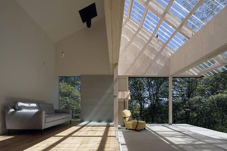 Jardines de invierno de estilo  por 桑原茂建築設計事務所 / Shigeru Kuwahara Architects