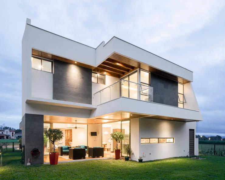 Projekty, nowoczesne Domy zaprojektowane przez J-M arquitectura