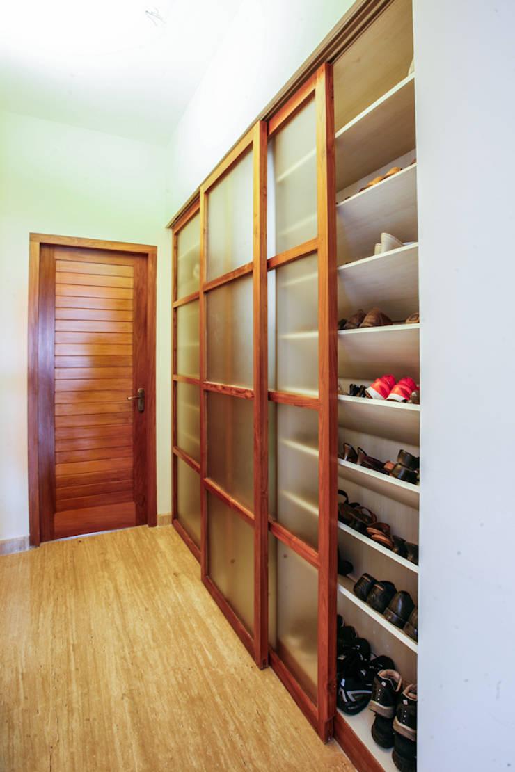 Walk-in Footwear Closet:  Corridor & hallway by The Workroom