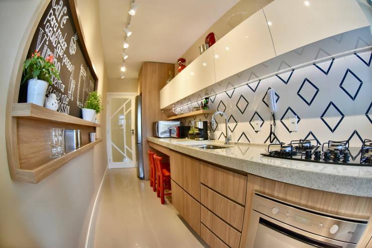 Cozinha - APT JR: Armários e bancadas de cozinha  por Arching - Arquitetos Associados