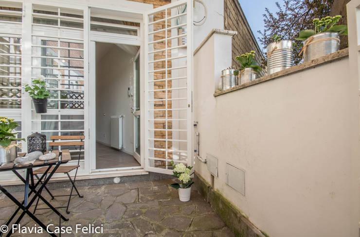 HOME STAGING a Vitinia – CASA IN VENDITA: Case in stile  di Flavia Case Felici
