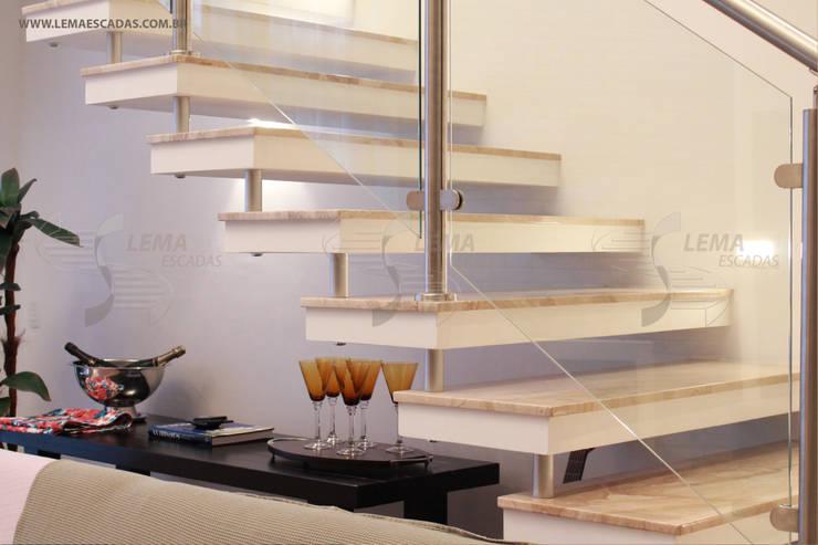 Pasillos y recibidores de estilo  por Lema Escadas
