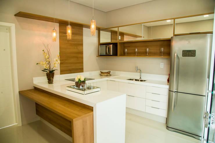 Tons neutros que encantam!: Cozinhas modernas por Carla Monteiro Arquitetura e Interiores