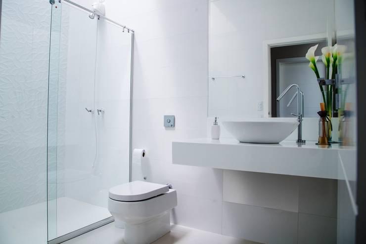 浴室 by Carla Monteiro Arquitetura e Interiores