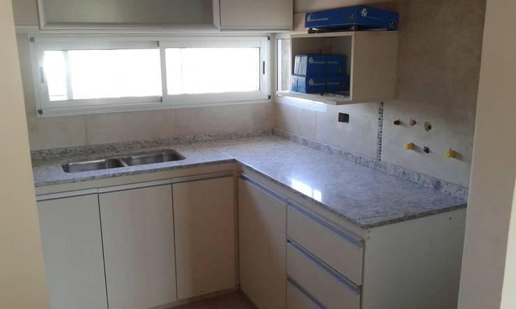 VIVIENDA ROLDAN 4: Cocinas a medida  de estilo  por ECOS DE SOL (Ingeniería y Construcción),