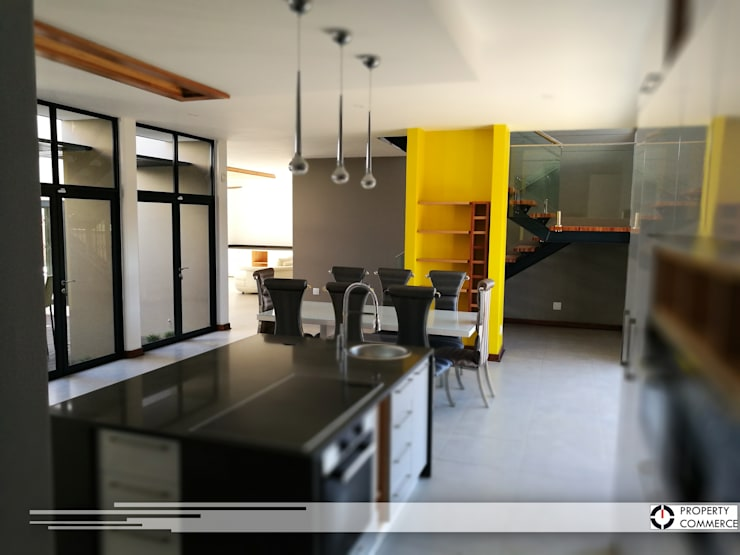 Open plan kitchen & dining:  Built-in kitchens by Property Commerce Architects, Modern