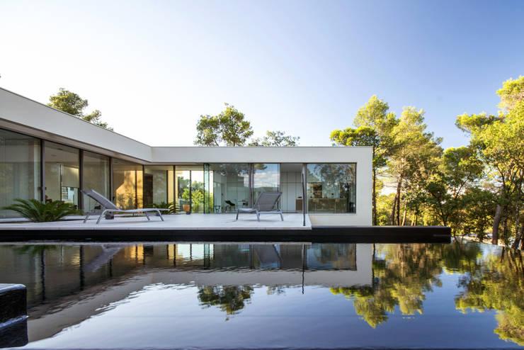 Бассейн в . Автор – Brengues Le Pavec architectes