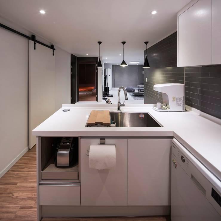 영등포구 34평 아파트 리모델링: 그리다집의  주방