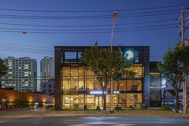 수원 오목천동 스타벅스 DT 건축: 그리다집의  바 & 카페,