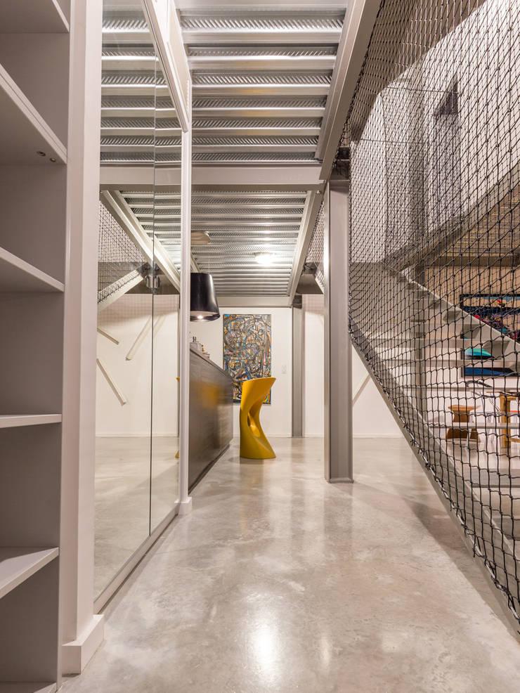 HRT: Couloir et hall d'entrée de style  par Brengues Le Pavec architectes