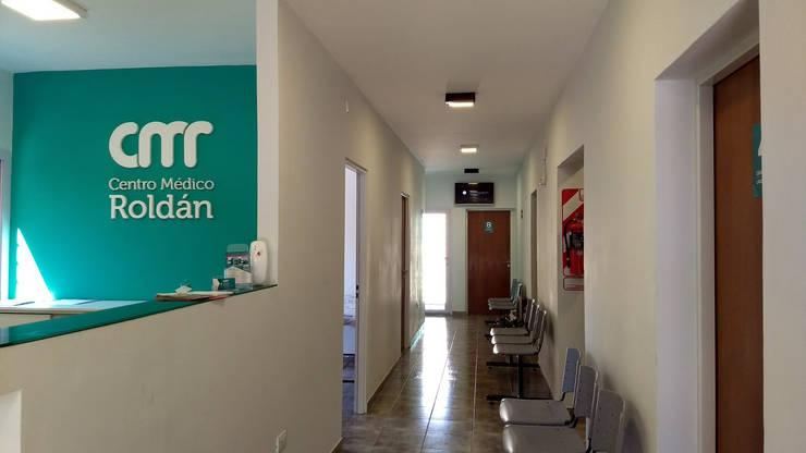CENTRO MEDICO ROLDAN: Pasillos y recibidores de estilo  por ECOS DE SOL (Ingeniería y Construcción),