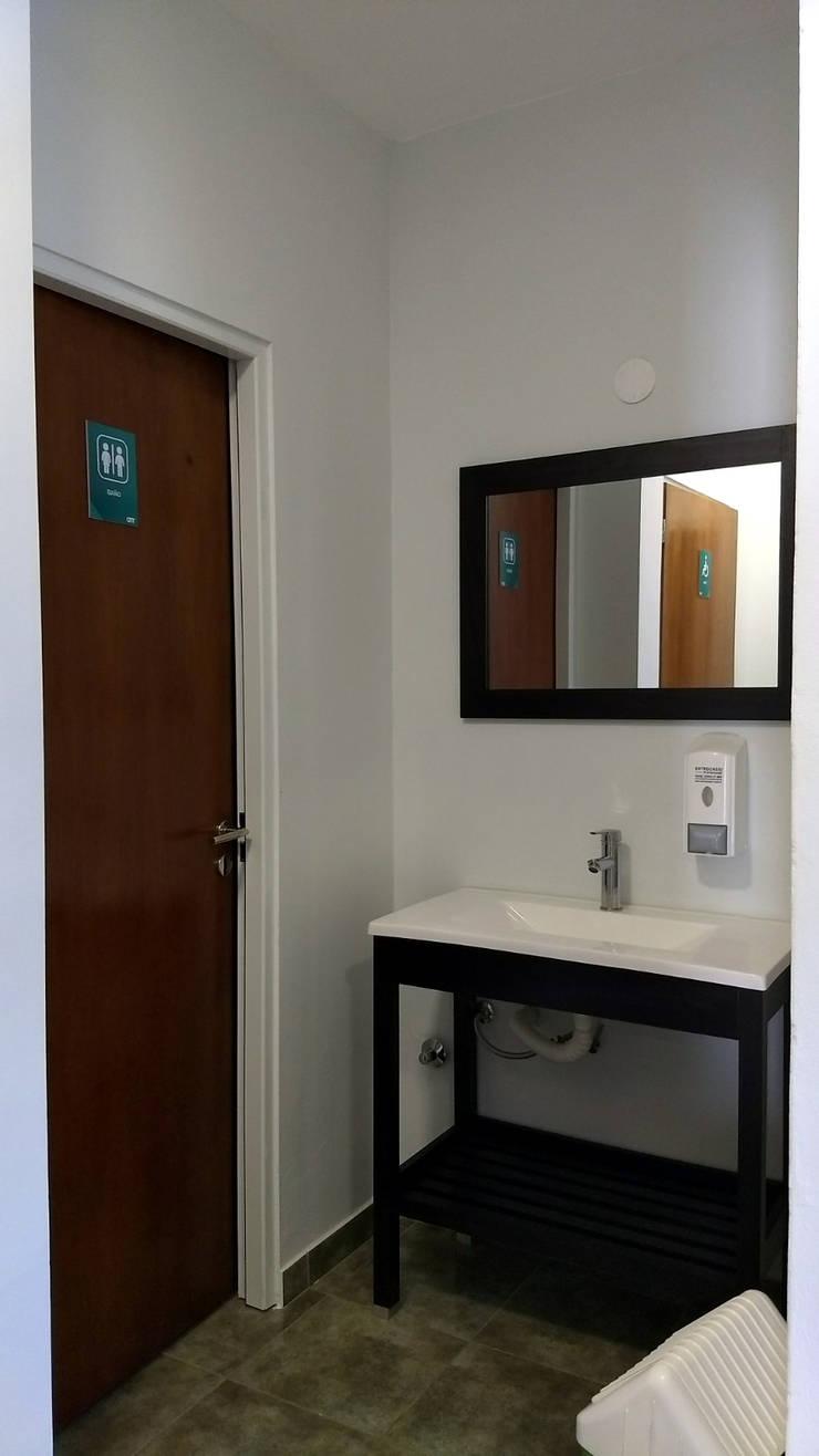 CENTRO MEDICO ROLDAN: Baños de estilo  por ECOS DE SOL (Ingeniería y Construcción),