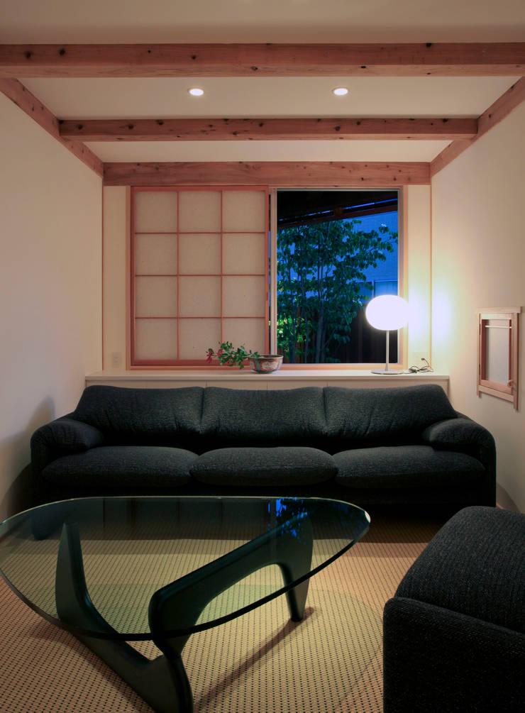 kitadoi house: 髙岡建築研究室が手掛けたリビングです。