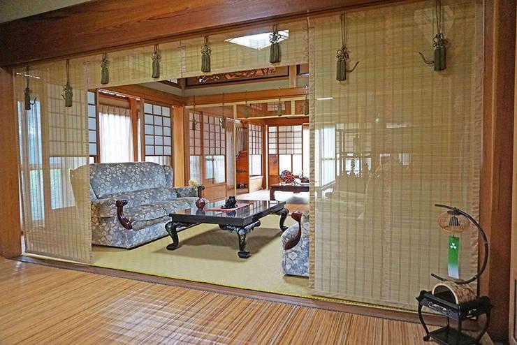 座敷簾 詩 1: 井上スダレ株式会社が手掛けたリビングルームです。