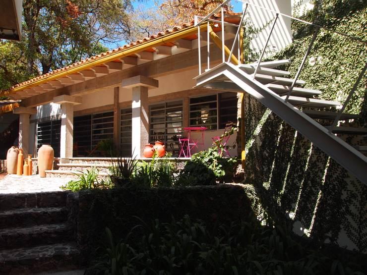 Casa de Campo Ocelotzin, Tepoztlán - Morelos.: Casas de campo de estilo  por BIM Arquitectos S.A. de C.V.