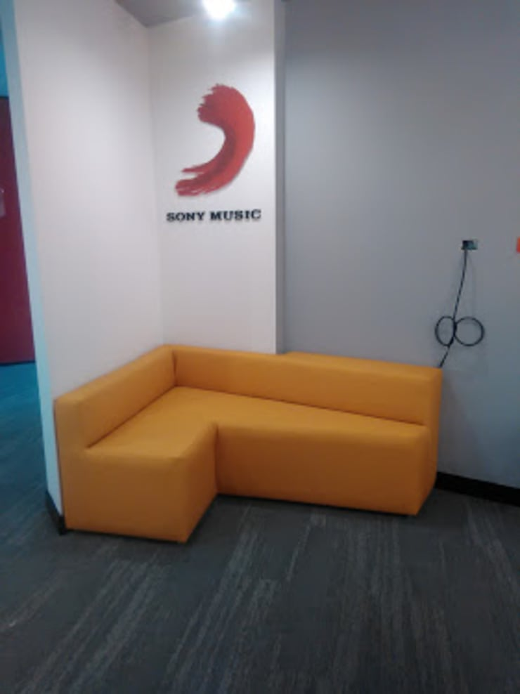 Sofá recepción: Oficinas y tiendas de estilo  por CMS Mobiliario