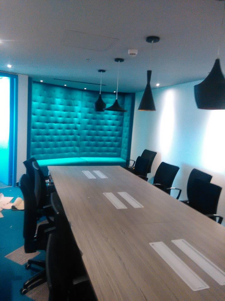 Safá, mesa y sillas sala de reuniones y multimedia: Sala multimedia de estilo  por CMS Mobiliario