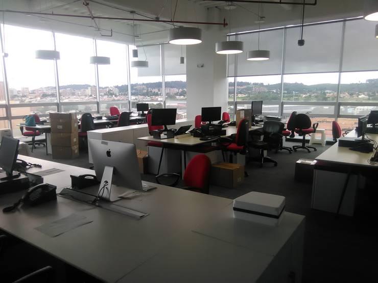 Puestos de trabajo: Oficinas y tiendas de estilo  por CMS Mobiliario