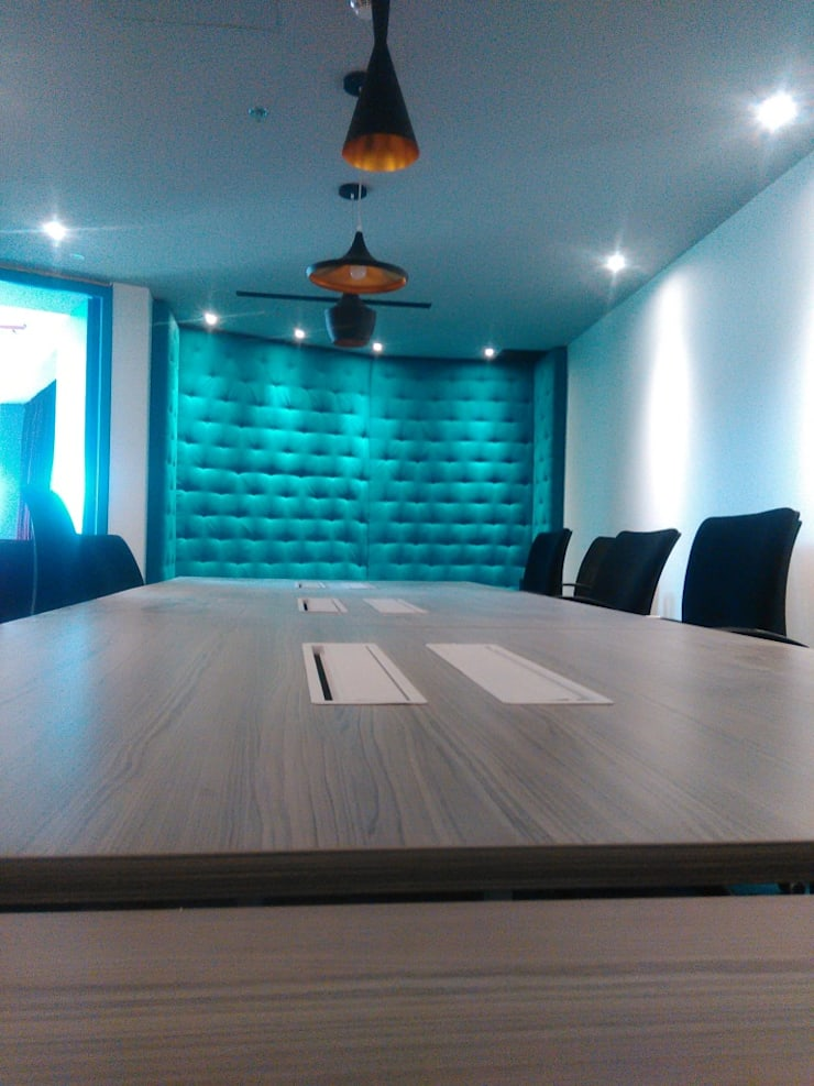 Sala audiovisuales: Sala multimedia de estilo  por CMS Mobiliario