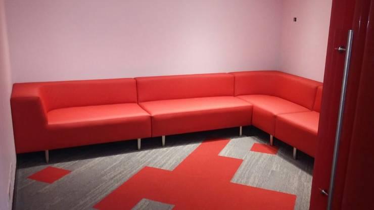 Sala para entrevistas: Oficinas y tiendas de estilo  por CMS Mobiliario