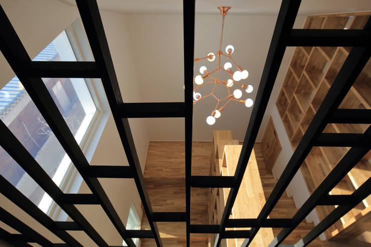 수원 단독주택: 건축그룹 [tam]의  거실