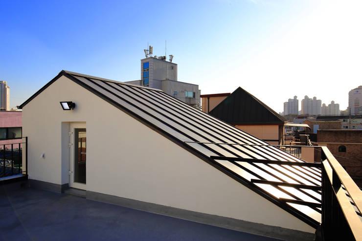 수원 단독주택: 건축그룹 [tam]의  박공 지붕