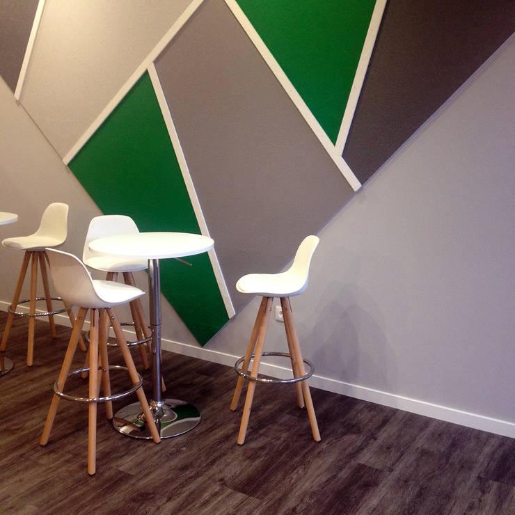 Modern bars & clubs by Linha D´Obra - construção e remodelação de interiores, Lda Modern Wood-Plastic Composite
