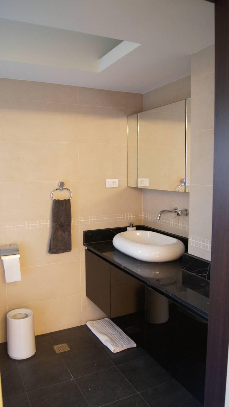 07:  浴室 by 欣成室內裝修設計股份有限公司,