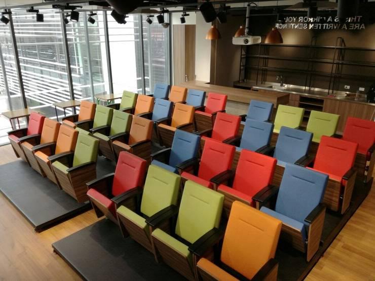 Proyecto auditorio Geometry Global: Sala multimedia de estilo  por CMS Mobiliario
