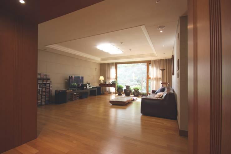 일산 49평 프렌치모던 홈스타일링: homelatte의 현대 ,모던