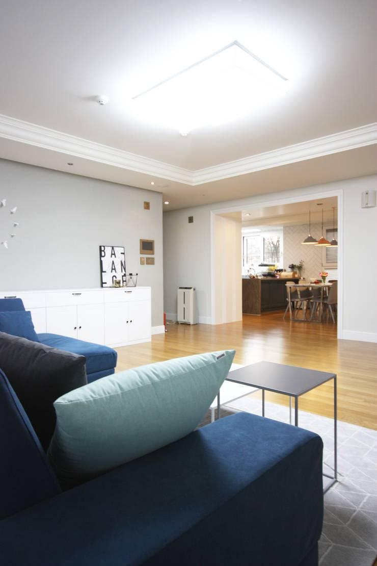 일산 49평 프렌치모던 홈스타일링: homelatte의  거실,모던