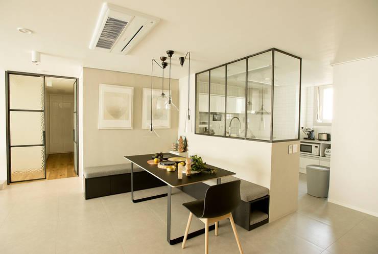 아파트 속 모던갤러리를 꿈꾼다_답십리 래미안위브 인테리어: (주)바오미다의  다이닝 룸