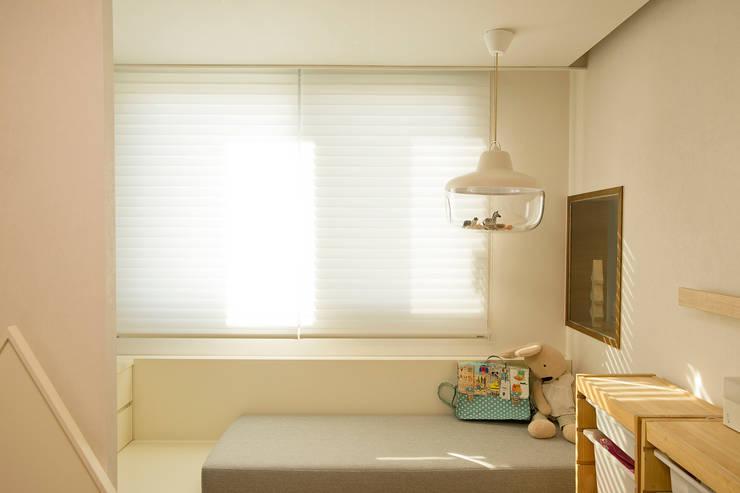 아파트 속 모던갤러리를 꿈꾼다_답십리 래미안위브 인테리어: (주)바오미다의  아이방