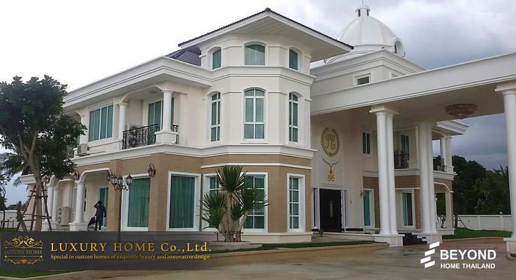 NEO-CLASSIC 2-STOREY HOMES:  บ้านสำหรับครอบครัว by HOME