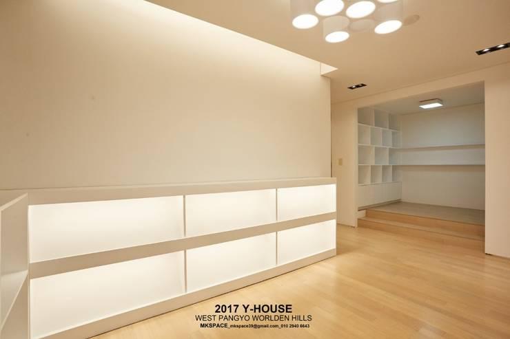 가구와 공간을 같이 계획한 인테리어: 건축일상의  서재 & 사무실,모던