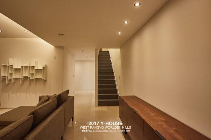 가구와 공간을 같이 계획한 인테리어: 건축일상의  복도 & 현관,모던