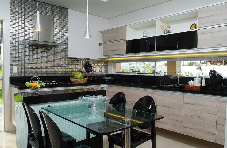Armarios de cocinas de estilo  por Bernal Projetos