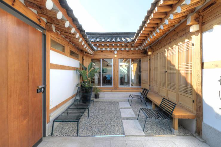 성북동 한옥 리노베이션(유달리 한옥): Layers LAB_에스플러스 디자인의  정원