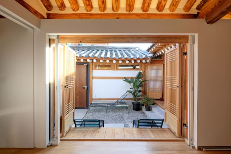성북동 한옥 리노베이션(유달리 한옥): Layers LAB_에스플러스 디자인의  방