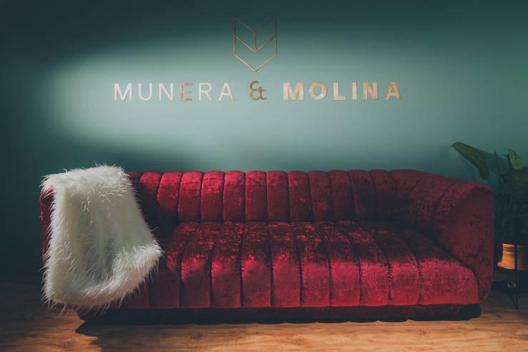 OFICINA PLATINUM: Estudios y despachos de estilo ecléctico por Munera y Molina